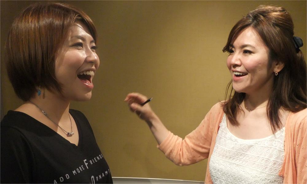 講師と女性が笑顔で歌う画像